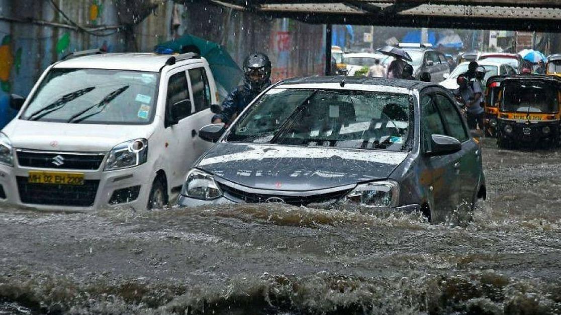 'मायानगरी' मुंबई में आफत की बारिश से थमी जिंदगी, शहर में बाढ़ जैसे हालात, स्कूल और कॉलेज बंद