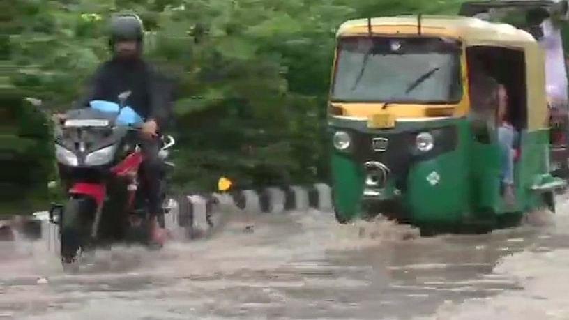 भारी बारिश के बाद जलमग्न हुई दिल्ली और अस्त-व्यस्त हुआ जनजीवन, तस्वीरों में देखें