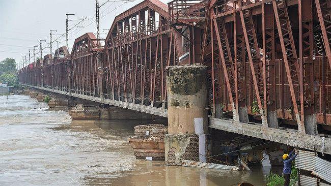 दिल्ली: अभी भी उफान पर यमुना, 150 साल पुराना लोहे का पुल बंद, 27 ट्रेनें रद्द, 7 का रूट डायवर्ट