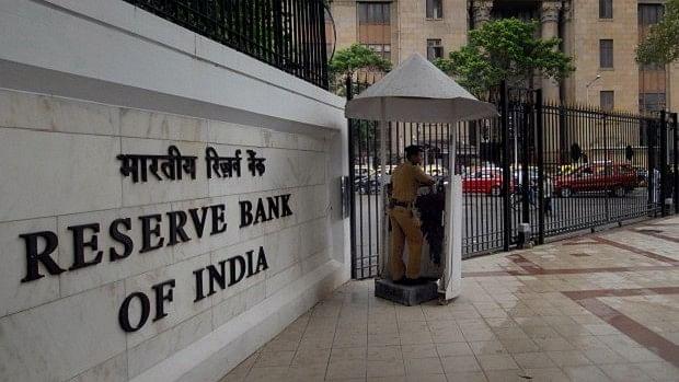रुपये की हालत सुधारने में आरबीआई की कोशिशों को लगा झटका, देश का विदेशी पूंजी भंडार घटा