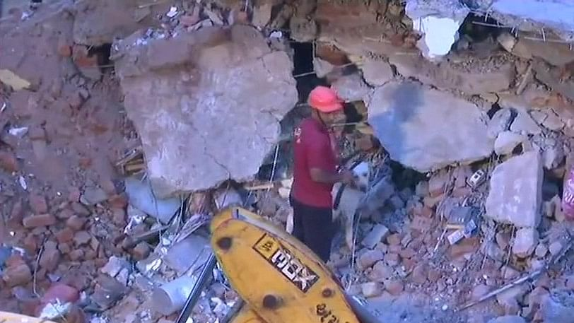 गुजरात: अहमदाबाद में चार मंजिला इमारत गिरी, 3 को बचाया गया, 10 लोगों के फंसे होने की आशंका