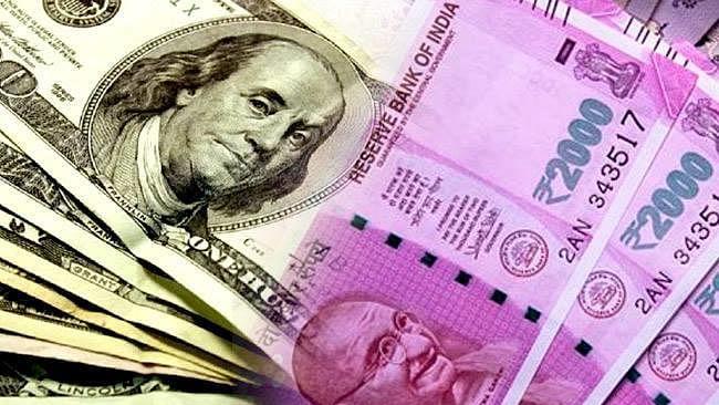 डॉलर के मुकाबले रुपये में फिर रिकॉर्ड गिरावट, 70.20 से  नीचे फिसला रुपया