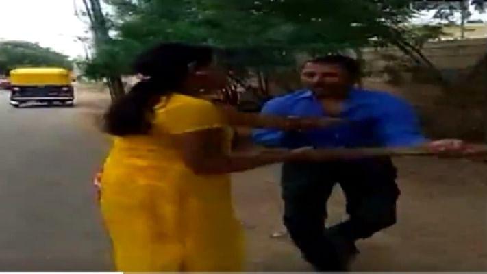 #MeToo: लोन के बदले मांगा जिस्म, महिला ने सरेआम चप्पल-डंडे और घूंसों से की धुनाई