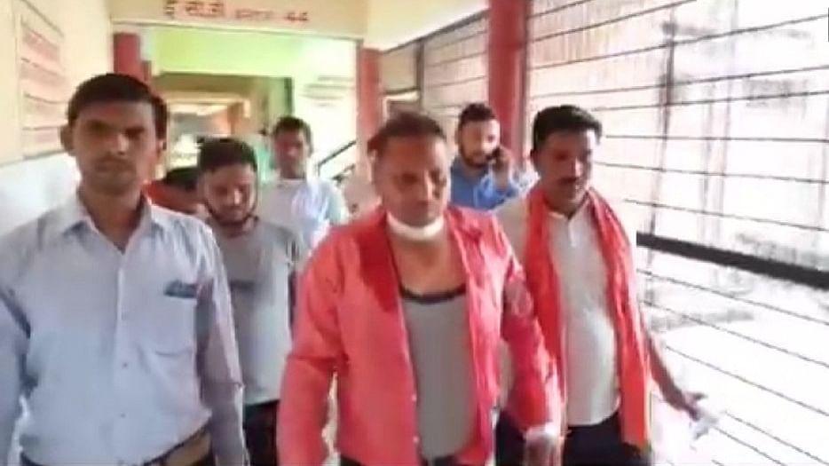 यूपीः हाथरस में आरएसएस के शस्त्र पूजा में जमकर फायरिंग, बीजेपी विधायक के बेटे की गोली से स्थानीय पत्रकार घायल
