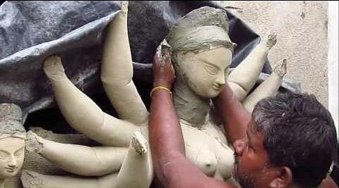 दुर्गा पूजा की तैयारी जोरों पर, परंपरा के तहत तवायफ के कोठे की मिट्टी से मूर्ति बनाने में जुटे कलाकार