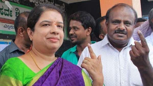 कर्नाटक: उपचुनाव से पहले बीजेपी को झटका, सीएम कुमारस्वामी की पत्नी के खिलाफ खड़ा उम्मीदवार कांग्रेस में शामिल
