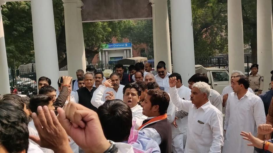 नोटबंदी के 2 साल: कांग्रेस ने मोदी सरकार से पूछे कई सवाल, आरबीआई पर प्रदर्शन के दौरान हिरासत में लिए गए वरिष्ठ नेता