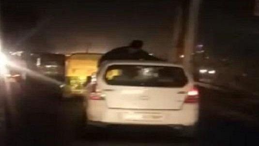 वीडियो: गाजियाबाद में 10 किलो मीटर तक कार की छत पर मौत से लड़ता रहा शख्स, सड़क पर बेलगाम दौड़ी कार