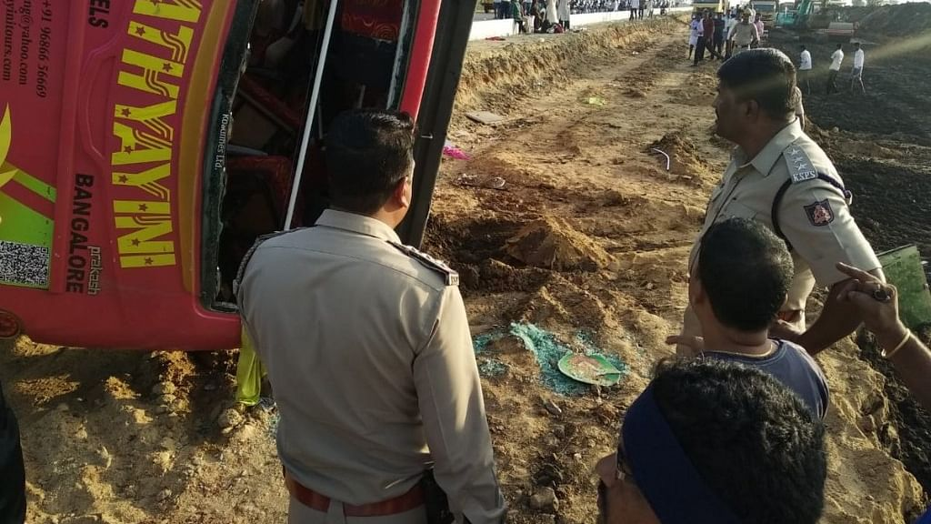 कर्नाटक: बस और ट्रक के बीच जोरदार टक्कर में 6 लोगों की दर्दनाक मौत, 10 से ज्यादा लोग घायल