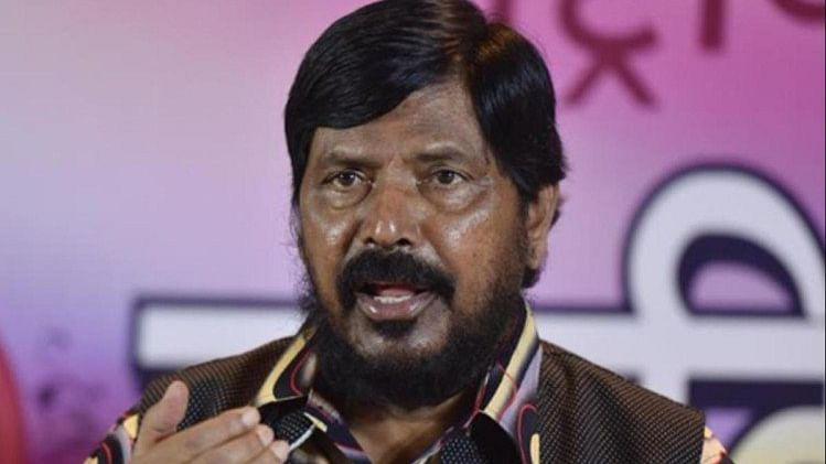 महाराष्ट्र: मोदी के मंत्री अठावले को भरी सभा में युवक ने जड़ा थप्पड़, समर्थकों ने आरोपी की जमकर की पिटाई