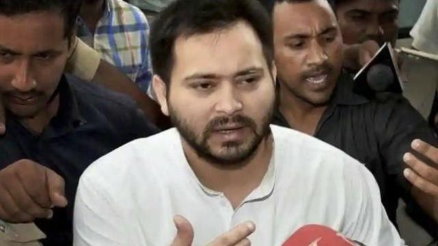 बिहार: मामला कोर्ट में फिर भी तेजस्वी का बंगला खाली कराने पहुंची नीतीश सरकार की टीम, धरने पर बैठे आरजेडी नेता