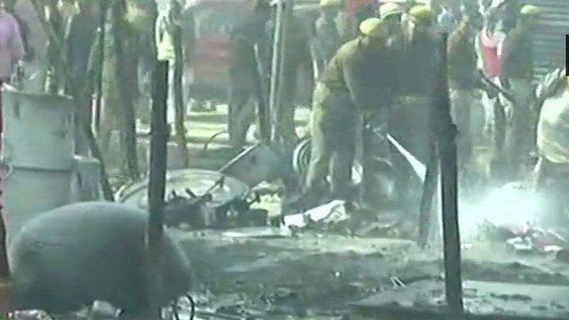 वीडियो: प्रयागराज के दिगंबर अखाड़े में सिलेंडर फटने से लगी भीषण आग, दर्जनभर टेंट जलकर खाक
