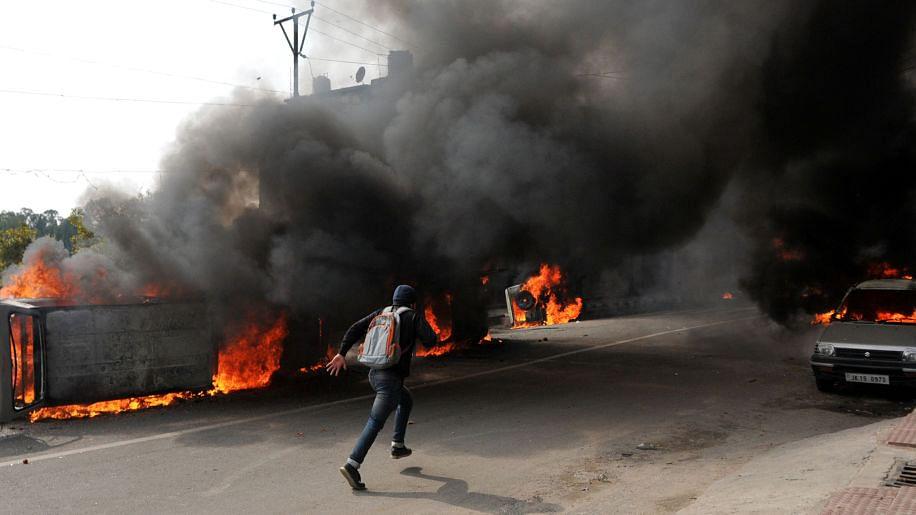पुलवामा हमले में शहीद होने वालों की संख्या बढ़कर 49 हुई, हिंसा में झुलसा जम्मू-पुंछ, दर्जनों वाहन फूंके गए