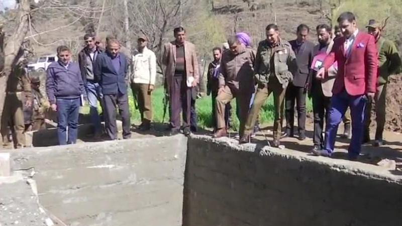जम्मू-कश्मीर: नौशेरा, सुंदरबानी में बन रहे बंकरों का अधिकारियों ने लिया जायजा, लोगों को दिलाया सुरक्षा का भरोसा