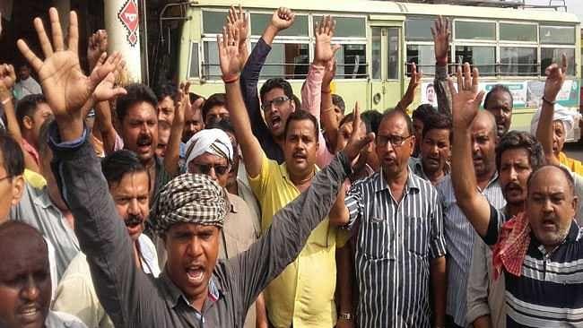 योगी सरकार के एस्मा को ठेंगा दिखा यूपी के 20 लाख से ज्यादा कर्मचारी हड़ताल पर, नई पेंशन योजना का विरोध
