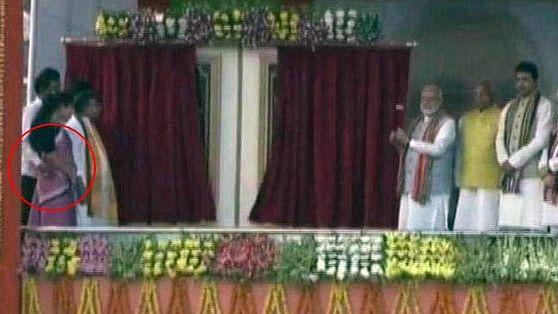 वीडियो: कैसे बचेंगी बेटियां, जब  मोदी के सामने  ही मंच पर महिला मंत्री को गलत तरीके से छू लिया  बीजेपी नेता ने