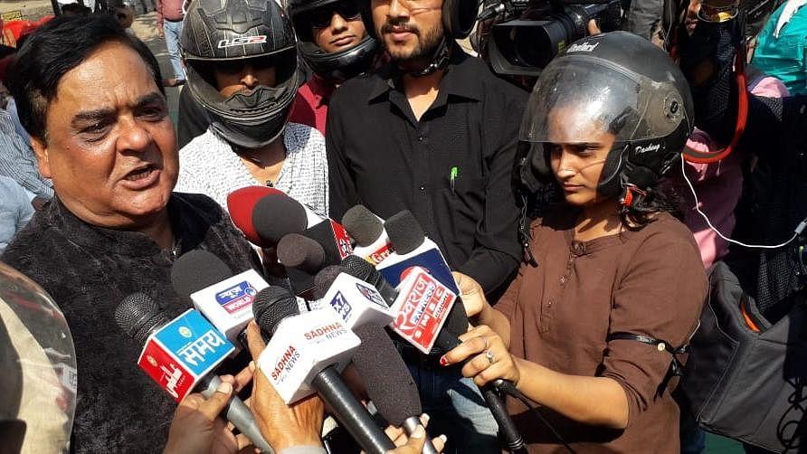 वीडियो: आखिर क्यों हेलमेट लगाकर बीजेपी नेताओं के बयान ले रहे हैं छत्तीसगढ़ के पत्रकार