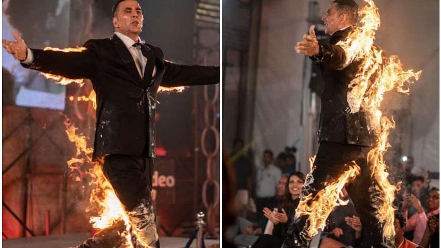 खुद को आग लगाकर रैम्प वॉक करने उतरे 'खिलाड़ी कुमार', पत्नी ट्विंकल ने  लगाई क्लास