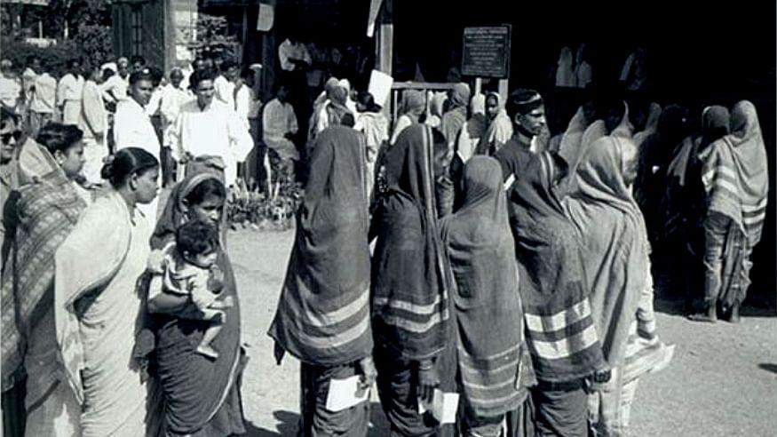 लोकतंत्र के पन्ने: साढ़े तीन महीने चला था 1957 का लोकसभा चुनाव, 494 सीटों के लिए डाले गए थे वोट
