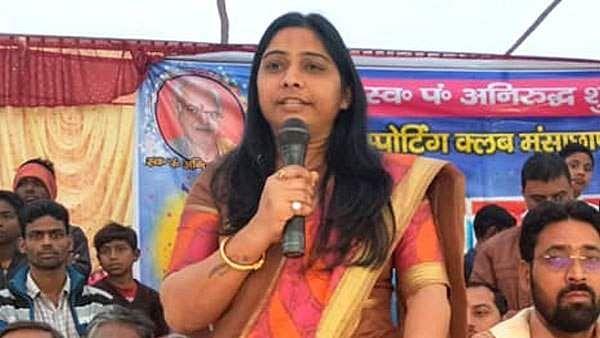 यूपी: बीजेपी महिला प्रत्याशी के बिगड़े बोल, कहा- मुझे आशीर्वाद दें, गुंडों के लिए बड़ी गुंडी बनकर दिखाऊंगी
