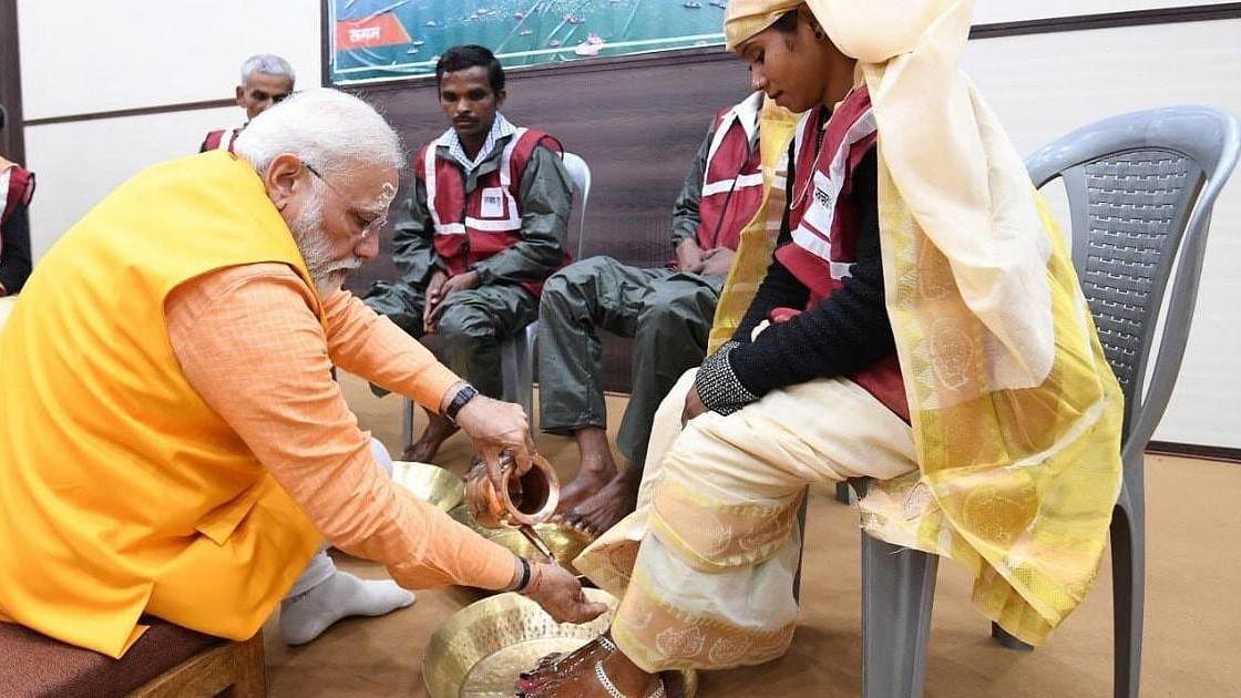पीएम मोदी ने कैमरों के सामने सफाई कर्मचारियों के पैर तो धोए, लेकिन उनकी व्यथा पर कोई बात नहीं की