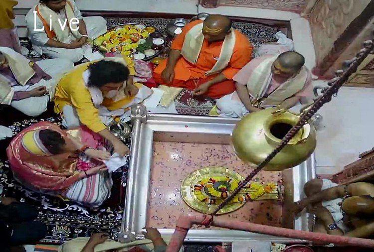 जब प्रियंका गांधी से मिलने गंगा घाट की सीढ़ियां उतर आई काशी - लगत हौ इंदिरा जी आ गइन...