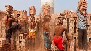 मोदी सरकार में नहीं थम रहा दलितों पर अत्याचार, पुणे में दबंग भट्टा मालिक ने मजदूर को जबरन खिलाया मानव मल