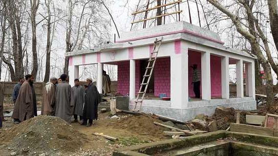 पुलवामा: दहशत के माहौल में अमन का पैगाम, कश्मीरी पंडितों के लिए मुस्लिमों ने शुरू करवाया सालों से बंद पड़ा शिव मंदिर