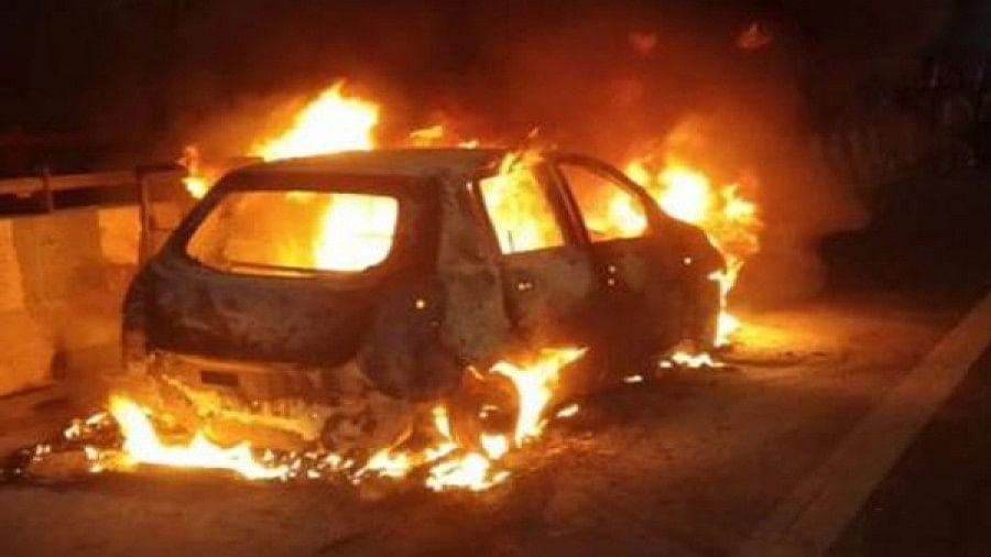 दिल्ली में दिल दहला देने वाला हादसा, अक्षरधाम फ्लाईओवर पर चलती कार में लगी आग, 2 बेटियों संग जिंदा जली मां