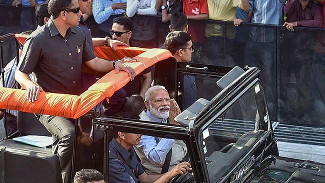 वोटिंग के बाद मोदी ने किया अहमदाबाद में रोड शो, कांग्रेस की शिकायत पर चुनाव आयोग ने मांगी रिपोर्ट