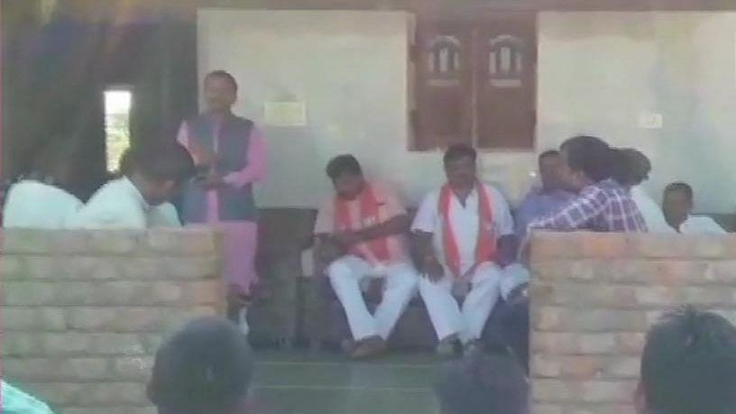 बीजेपी नेता की धमकी- मोदी साहब ने कैमरे लगवाए हैं,  वोट नहीं दिया तो उन्हें पता चल जाएगा, फिर आपको काम नहीं मिलेगा