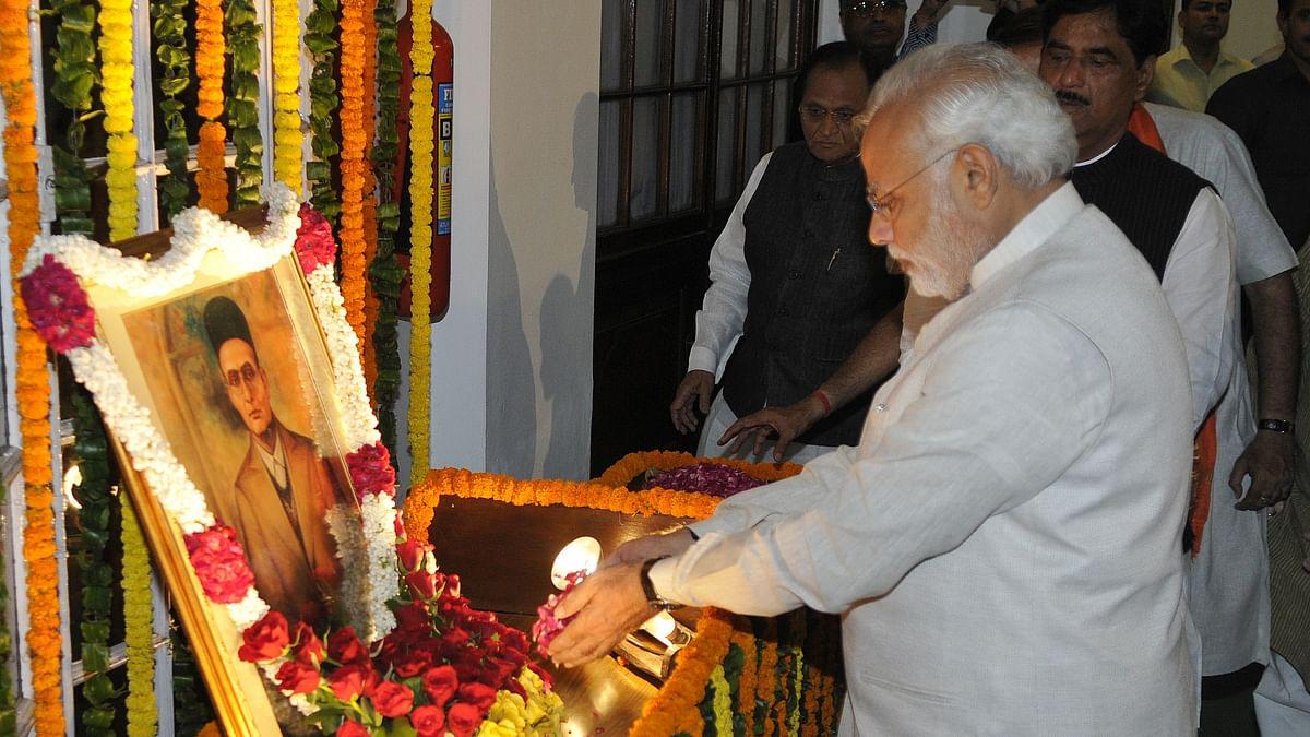 मई 2014 में सावरकर के चित्र का माल्यार्पण करते प्रधानमंत्री नरेंद्र मोदी (Photo : Getty Images)