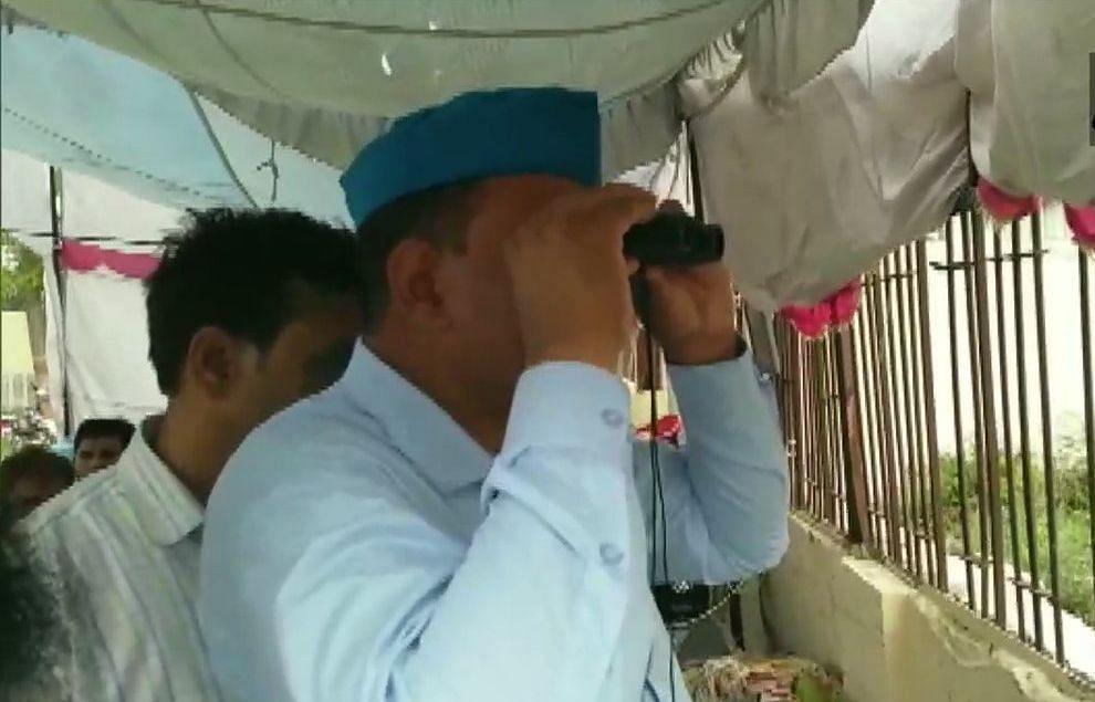 ईवीएम की पहरेदारी में जुटे एसपी-बीएसपी के कार्यकर्ताओं, स्टांग रूम के बाहर दूरबीन  से कर रहे हैं निगरानी