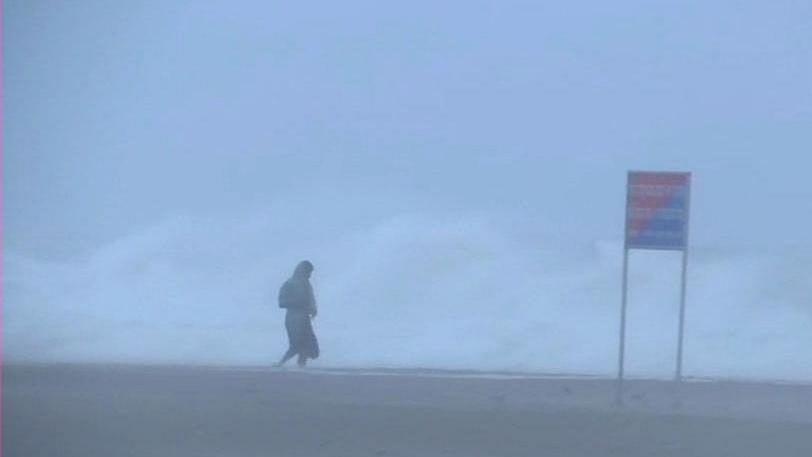 'फानी' तूफान का पुरी पहुंचने के बाद दिखा भयानक रूप, 245 किमी की  रफ्तार से चल रही हवाएं, तस्वीरों में देखें मंजर