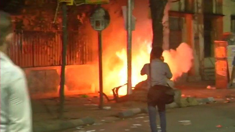 लोकसभा चुनाव 2019 LIVE: अमित शाह के रोड शो के दौरान आगजनी, बीजेपी कार्यकर्ताओं की पुलिस से झड़प, देखें वीडियो