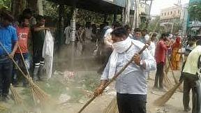 योगी 'राज' में सफाई कर्मियों को नहीं मिला 6 महीने से वेतन, शुरू किया अनशन