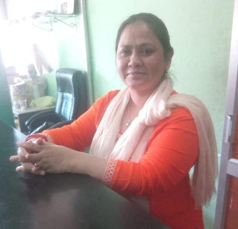 सुंदर नगर में बात करती हुई रेस्टोरेंट मालिक अनीता खान