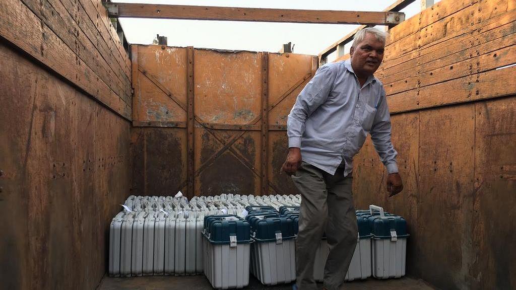 अमेठी में वोटिंग के दो दिन बाद सैकड़ों ईवीएम को ट्रक में लादकर स्ट्रॉंग रूम के कैम्पस से हटाया गया
