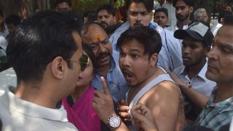 मेरठ में बीजेपी नेता की गुंडागर्दी, बाइक सवार दंपति को मारी टक्कर, विरोध करने पर महिला के फाड़े कपड़े