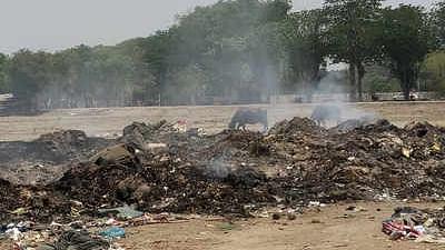कुंभ के डेढ़ महीने बाद भी मेला क्षेत्र में पसरा है 2000 टन कचरा, हजारों करोड़ खर्च करने वाली योगी सरकार लापता