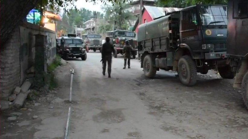 जम्मू-कश्मीर: पुलवामा मुठभेड़ में  3 आतंकी ढेर, एक जवान शहीद, सर्च ऑपरेशन जारी