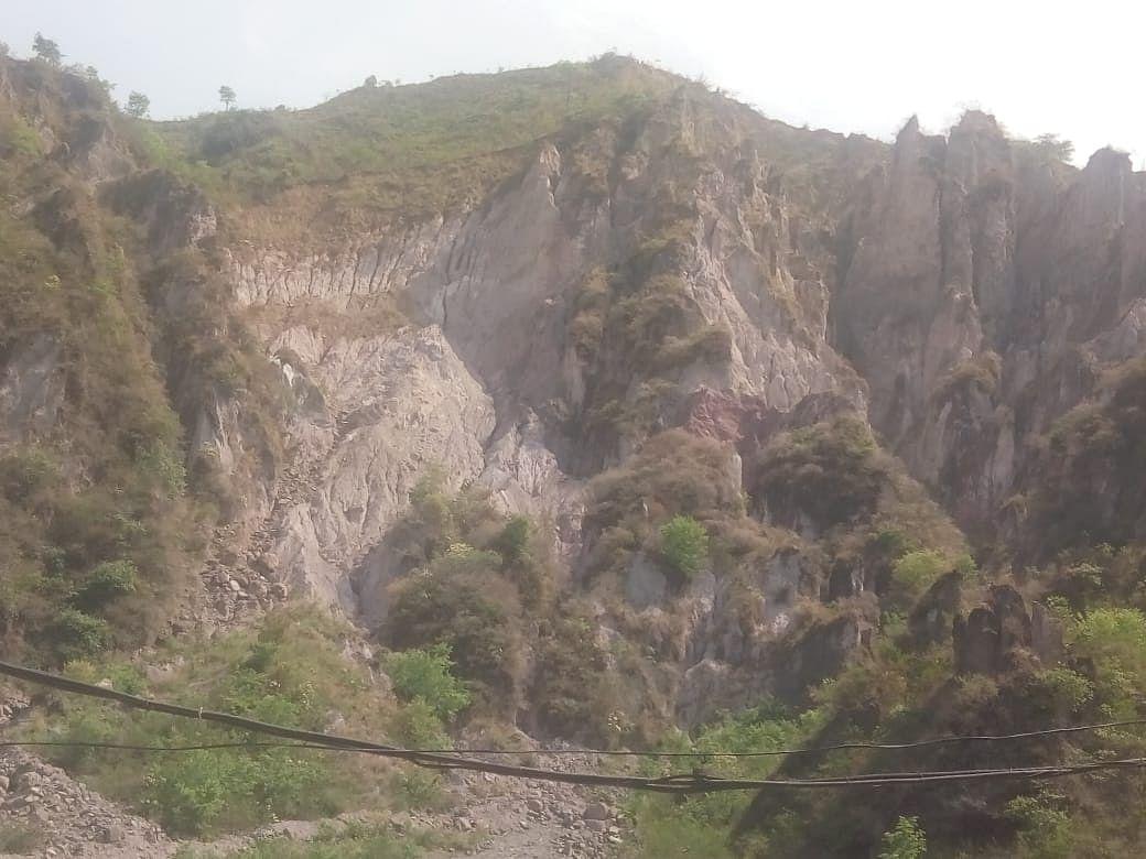 द्रंग में नमक खान की पहाड़ियां