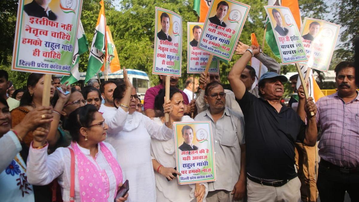 राहुल गांधी के इस्तीफे से कांग्रेस कार्यकर्ता निराश, आवास के बाहर प्रदर्शन कर किया फैसला वापस लेने की मांग