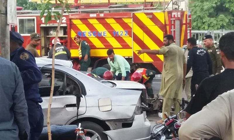 पाकिस्तान के लाहौर में दाता दरबार के  बाहर आत्मघाती हमला, तस्वीरों में देखें दिल दहलाने वाला मंजर