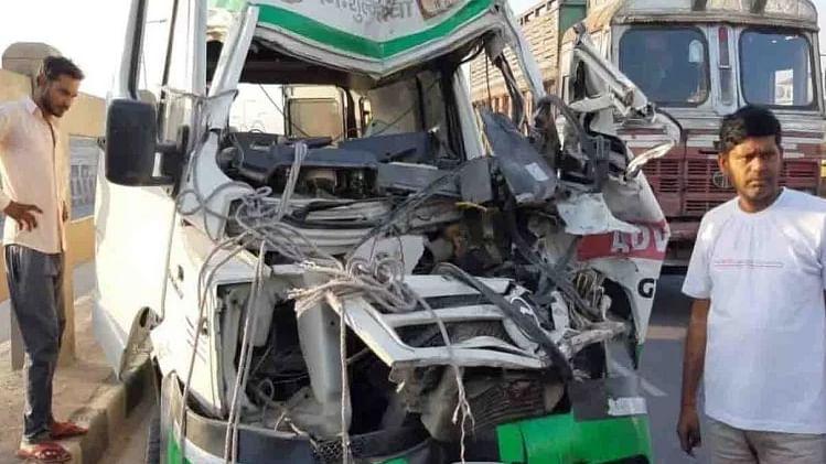 कानपुर: ट्रक में जा घुसी एम्बुलेंस, भीषण हादसे में 2 साल के मासूम समेत 3 की मौत, 2 घायल