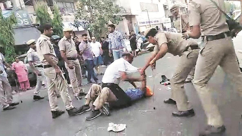 वीडियो: दिल्ली के मुखर्जी नगर में पुलिस ने ऑटो चालक पर बरसाए लात घूंसे, सीएम ने की जांच की मांग, तीन पुलिसकर्मी निलंबित
