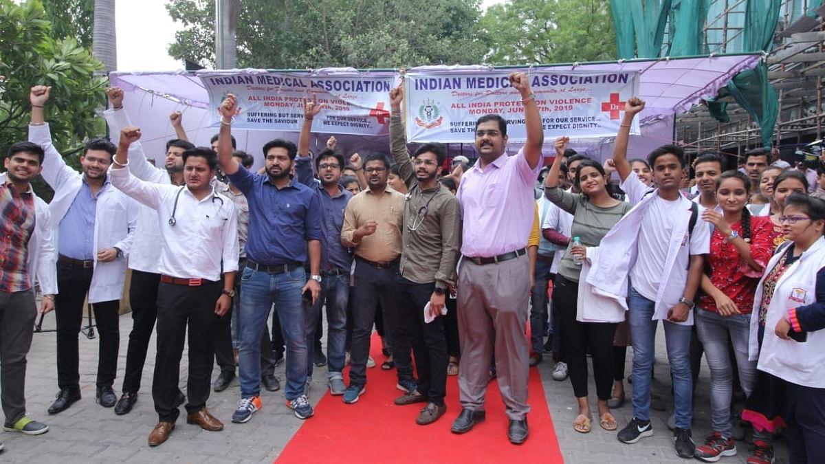 कोलकाता के डॉक्टरों के समर्थन में डॉक्टर्स की देशव्यापी हड़ताल, जगह-जगह कर रहे हैं प्रदर्शन, मरीज परेशान
