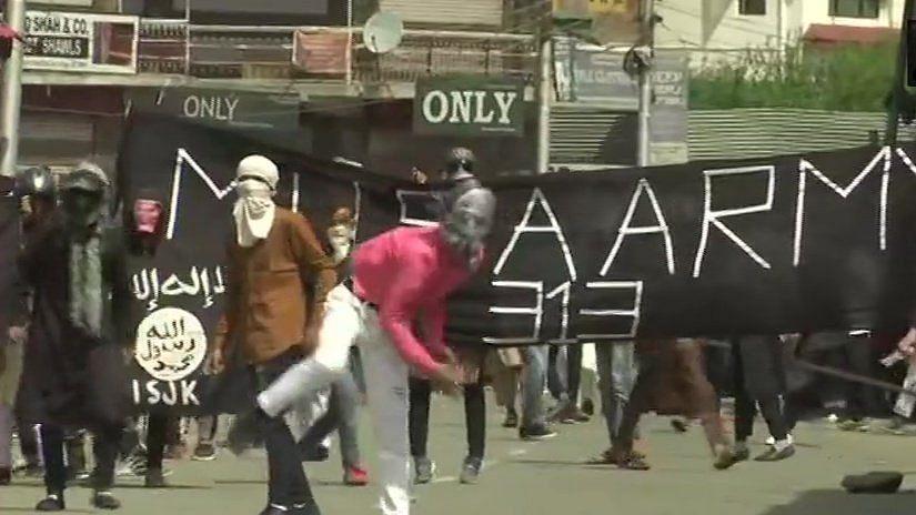 ईद की नमाज के बाद कश्मीर घाटी में बवाल, कई जगहों पर पत्थरबाजों और सुरक्षाबलों के बीच झड़प