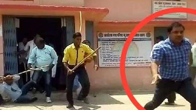 वीडियो: मध्य प्रदेश में बीजेपी विधायक के 'बैटकांड' के बाद एक और नेता की गुंडागर्दी, अधिकारी को दौड़ा-दौड़ाकर पीटा