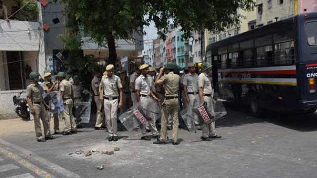 दिल्ली में नमाज अदा कर रहे लोगों को बेेलगाम कार ने कुचला, 17 घायल, नाराज लोगों ने की तोड़फोड़